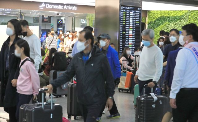 Jeju International Airport is crowded with inbound travelers on the traditional Chuseok autumn harvest holiday on Oct. 1, 2020. (Yonhap)