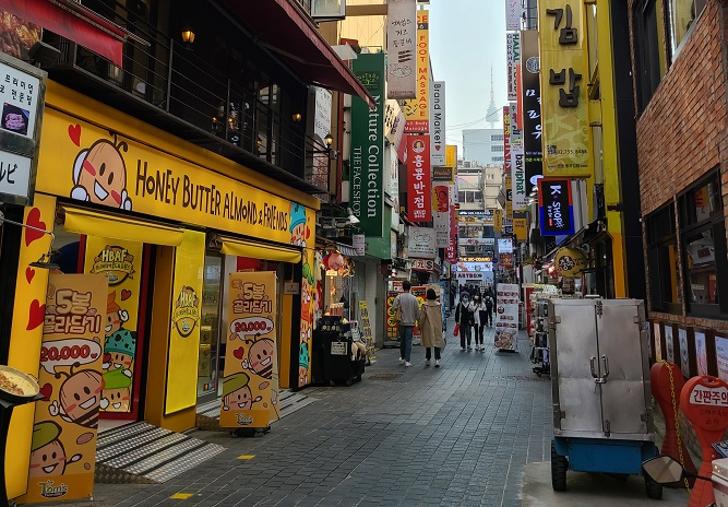 A Myeongdong street outside Ham Hyung-moon's restaurant in central Seoul is relatively empty on Oct. 20, 2020. (Yonhap)