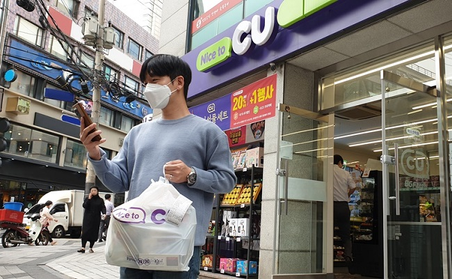 Convenience store chain CU and local delivery service provider MG Playing have launched a short-distance, on-foot delivery service in October. (image: CU)