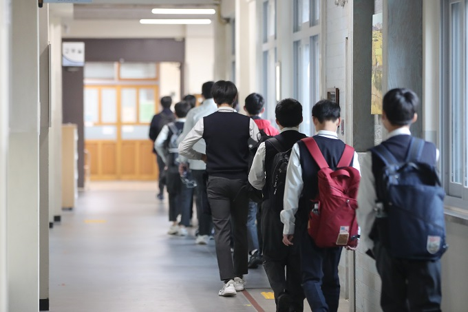 Students enter classrooms at a middle school in Gwangju, 330 kilometers south of Seoul, on Oct. 19, 2020. (Yonhap)