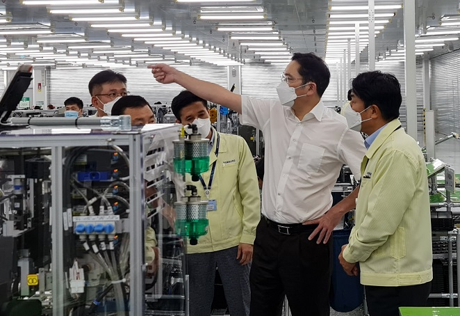 This photo provided by Samsung Electronics Co. on Oct. 22, 2020, shows Samsung Electronics Vice Chairman Lee Jae-yong (2nd from R) inspecting the company's smartphone factory located near Hanoi, Vietnam.