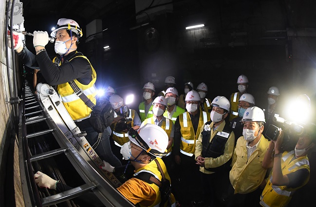 Telecom operators install 5G equipment at a tunnel near Euljiro 1-ga station on Seoul Metro's Line No. 2 on July 23, 2020. (Yonhap)