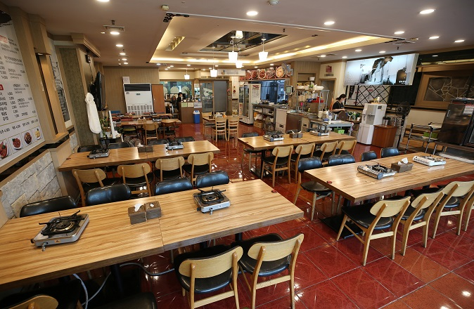 This Sept. 1, 2020, file photo shows an empty restaurant in the Songdo international business district in Incheon, west of Seoul, amid a new nationwide COVID-19 outbreak that began in mid-August. (Yonhap)