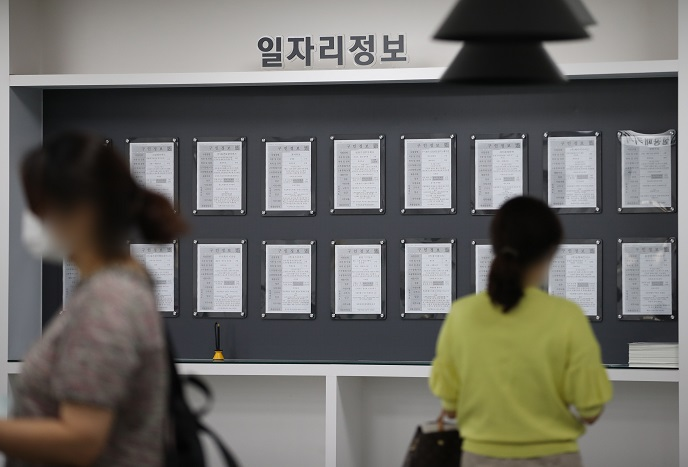 This file photo shows a woman looking at a job recruitment bulletin board at an employment support center in western Seoul on Sept. 14, 2020. (Yonhap)