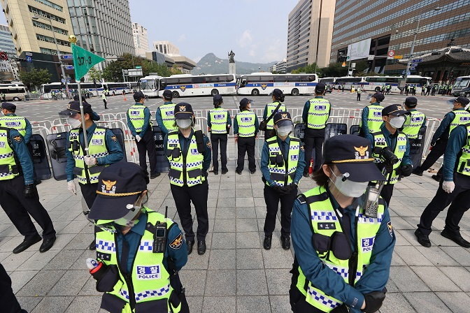 Police officers stand guard against mass rallies in downtown Seoul on Oct. 3, 2020. (Yonhap)