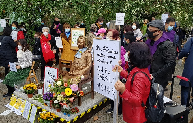 Activists and citizens protest an order to remove a statue symbolizing victims of Japan's wartime sexual slavery in front of the Mitte district office in Berlin on Oct. 13, 2020. (Yonhap)