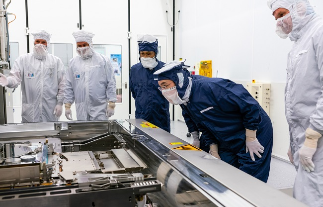 This photo provided by Samsung Electronics Co. on Oct. 14, 2020, shows Samsung Electronics Vice Chairman Lee Jae-yong (2nd from R) inspecting ASML's EUV equipment for semiconductor manufacturing at ASML's plant in Eindhoven, the Netherlands, on Oct. 13, 2020.