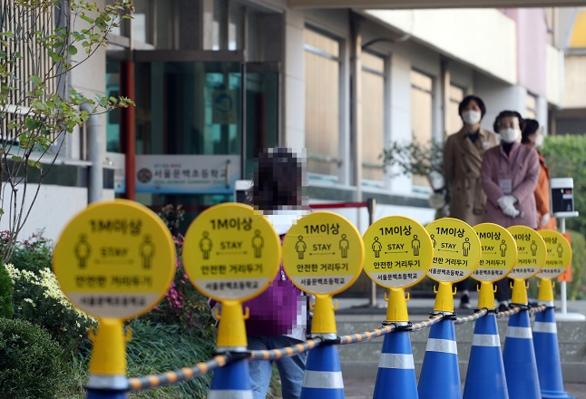 A child walks to her classroom at Seoul Munbaek Elementary School on Oct. 19, 2020. (Yonhap)