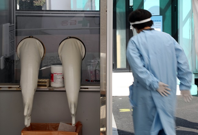 A medical worker prepares to carry out new coronavirus tests at a makeshift clinic located in central Seoul on Oct. 19, 2020. (Yonhap)