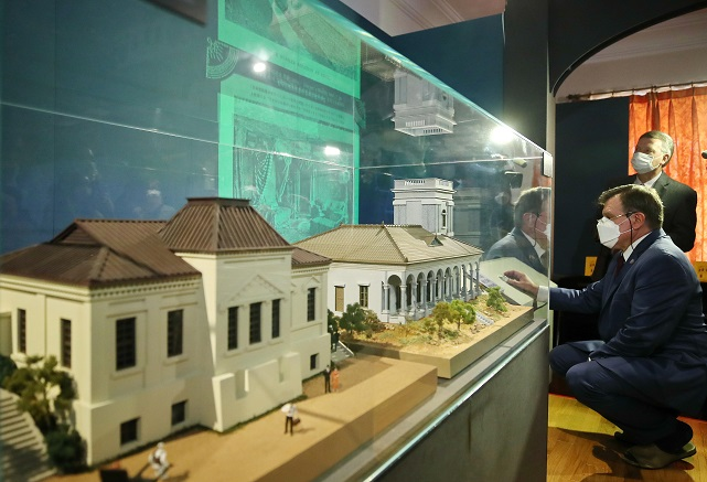 """Russian Amb. Andrey Kulik looks around """"The Life and Works of Russian Architect Afanasy Seredin-Sabatin,"""" an exhibition taking place at Deoksu Palace in central Seoul, on Oct. 19, 2020. (Yonhap)"""
