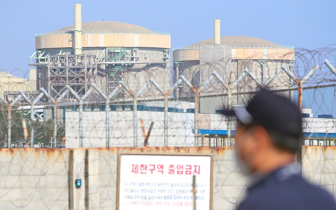 This photo taken on Oct. 20, 2020, shows the now-decommissioned Wolsong-1 nuclear reactor (R) in Gyeongju, 370 kilometers southeast of Seoul. (Yonhap)