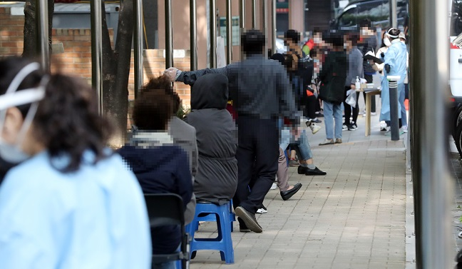 Citizens wait to receive new coronavirus tests at the state clinic center in Seoul's southern district of Gwanak on Oct. 22, 2020. (Yonhap)