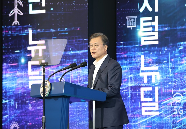 President Moon Jae-in delivers a speech during a visit to the Smart City Integrated Operation Center of Songdo, a district in Incheon, just west of Seoul on Oct. 22, 2020. (Yonhap)