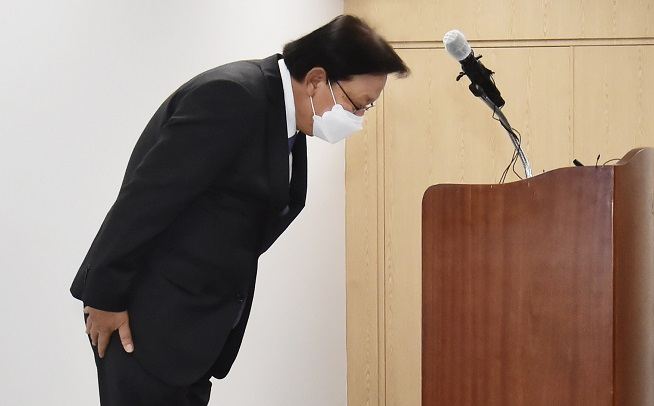 Park Keun-hee, chief executive of CJ Logistics, bows to apologize for the deaths of its delivery workers in Seoul on Oct. 22, 2020. (Yonhap)