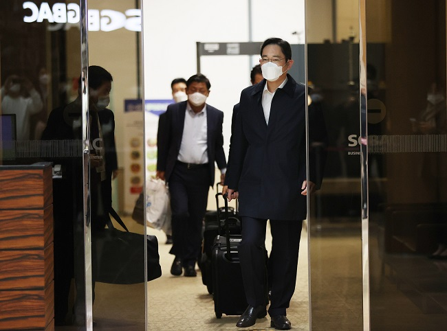 Samsung Electronics Vice Chairman Lee Jae-yong returns home via Gimpo International Airport in western Seoul on Oct. 23, 2020, from his trip to Vietnam. (Yonhap)