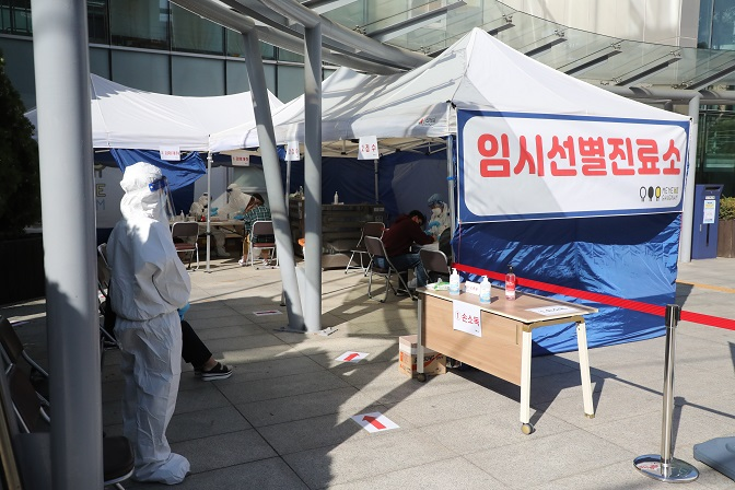 Residents are tested for COVID-19 at a temporary health clinic in southern Seoul on Oct. 23, 2020. (Yonhap)