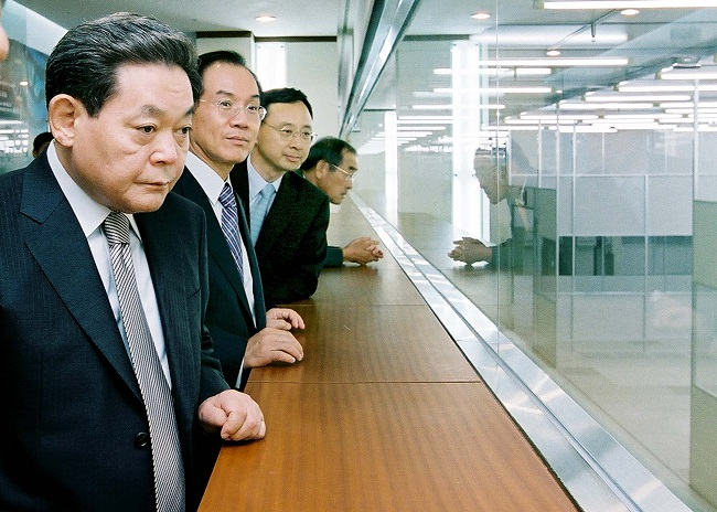 This file photo taken Oct. 10, 2003, shows Samsung Electronics Co. Chairman Lee Kun-hee (L) looking around a memory chip research facility at the company's factory in Hwaseong, Gyeonggi Province. Lee died at a hospital in Seoul on Oct. 25, 2020, at age 78. (Yonhap)