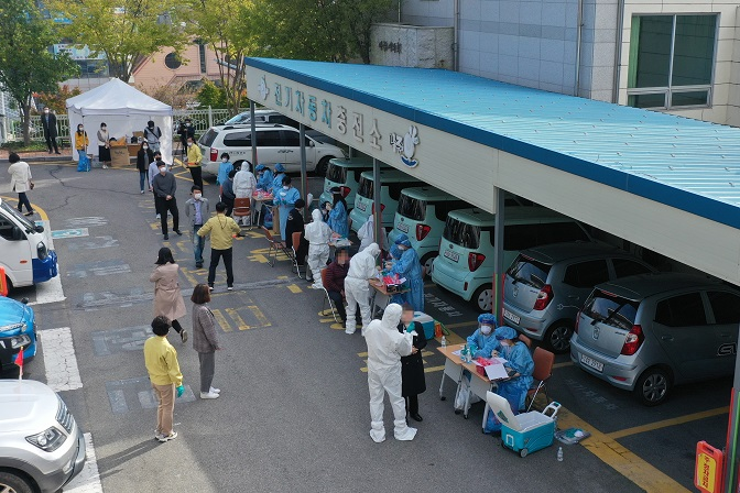 Public officials receive coronavirus tests at a parking lot of City Hall in Naju, South Jeolla Province, southeastern South Korea, on Oct. 26, 2020, after one of the Naju municipal government's officials was confirmed to have been infected with the COVID-19 virus. (Yonhap)