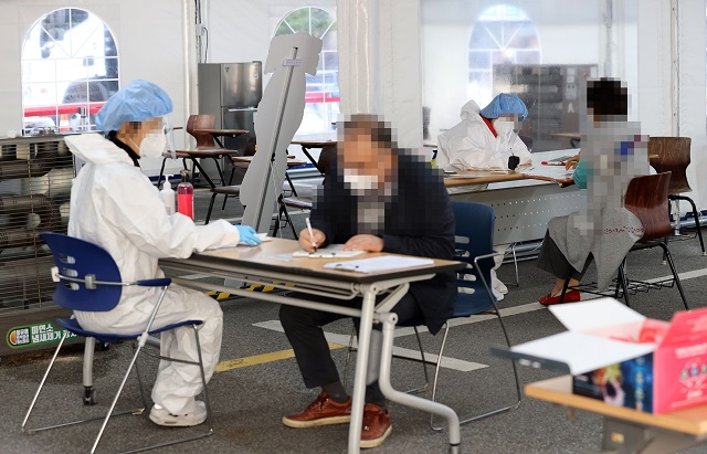 Visitors receive new coronavirus tests at a makeshift clinic located in southern Seoul on Oct. 29, 2020. (Yonhap)
