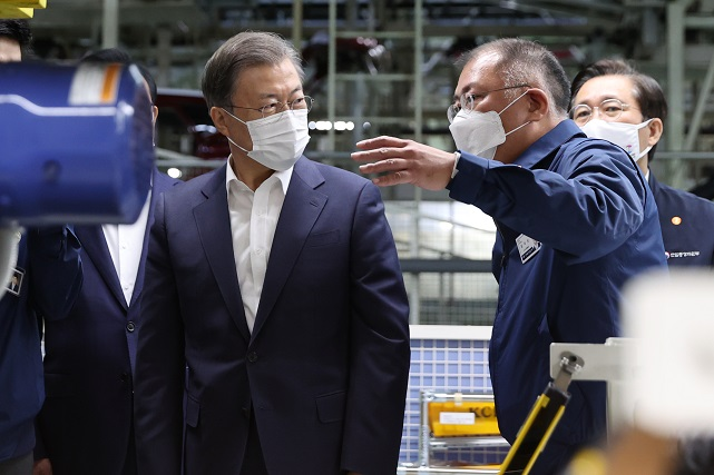 President Moon Jae-in (L) visits a manufacturing plant of Hyundai Motor Co. in Ulsan, 415 kilometers southeast of Seoul, on Oct. 30, 2020, as part of a series of tours of key sectors of the government's New Deal initiative, accompanied by Hyundai Motor Group chief Chung Euisun (2nd from R). (Yonhap)