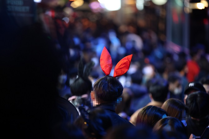 Itaewon, a popular nightlife district in central Seoul, is crowded with people on Oct. 31, 2020. (Yonhap)