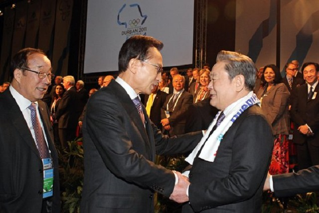 In this file photo taken July 7, 2011, Samsung Group Chairman Lee Kun-hee (R) greets then South Korean President Lee Myung-bak in Durban, South Africa, after the country's alpine town of PyeongChang was chosen to host the 2018 Winter Olympics. (Yonhap)