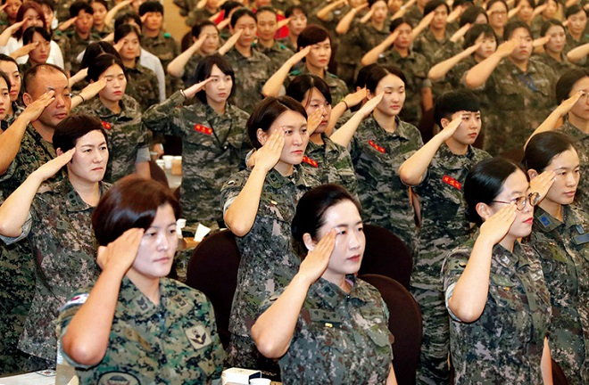 Female soldiers salute the national flag during a ceremony in Seoul on Sept. 6, 2017, to mark 67th anniversary of the establishment of South Korea's Women's Army Corps. (Yonhap)