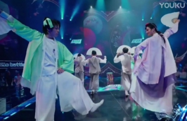 The use of hanbok, a Korean folk song, and a traditional fan dance during a Chinese ethnic dance competition program infuriated a number of Korean netizens. (image: Online community)
