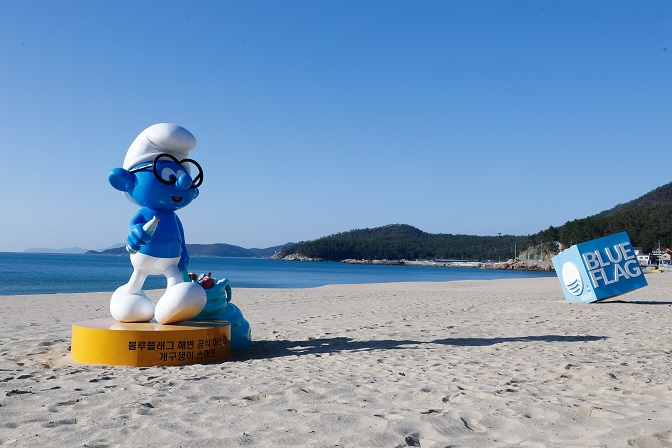 Smurfs Appear at the Beach for Environmental Protection