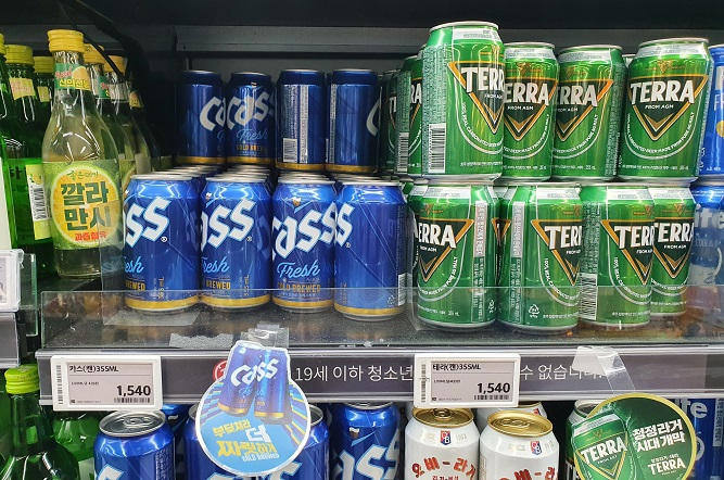 One supermarket in Seoul is selling Oriental Brewery's flagship lager beer Cass Fresh and Hite Jinro's new lager Terra at the same price of 1,540 won (US$1.39) per 355-milliliter can. (Yonhap)