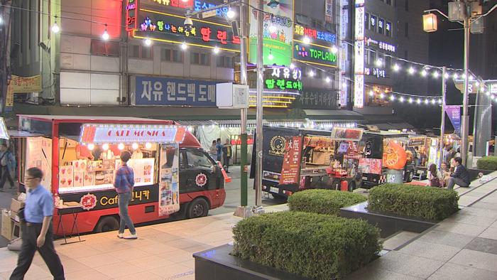 Food trucks at the Namdaemun Market in central Seoul. (image: Yonhap)