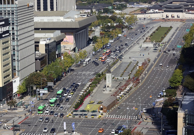 This file photo shows Gwanghwamun Square in Seoul on Oct. 17, 2020. (Yonhap)