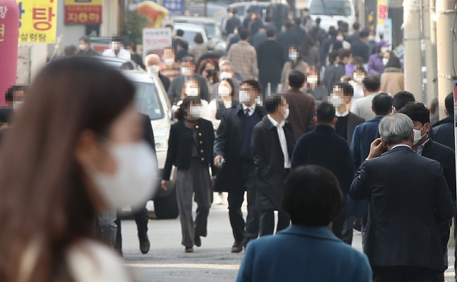 Citizens wearing masks walk on a street in southern Seoul on Nov. 16, 2020. (Yonhap)