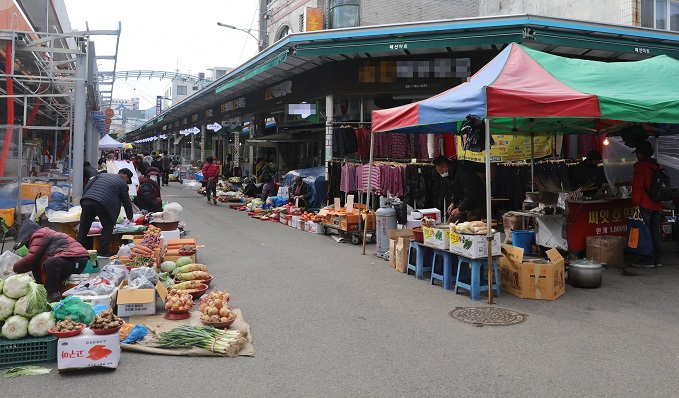 An outdoor market is relatively empty in Suncheon, South Jeolla Province, on Nov. 21, 2020. (Yonhap)