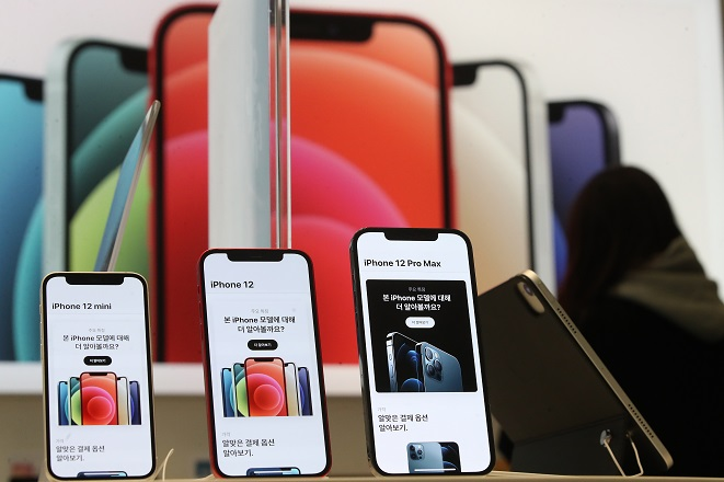The file photo taken Nov. 20, 2020, shows Apple Inc.'s new iPhone 12 models on display at the company's store in southern Seoul. (Yonhap)