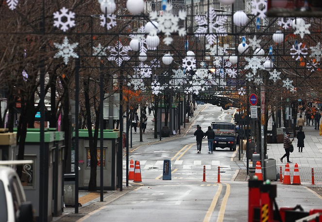A street in the college district of Sinchon in Seoul is nearly empty on Nov. 22, 2020, after a series of coronavirus infections were reported at the nearby Yonsei and Sogang universities. (Yonhap)