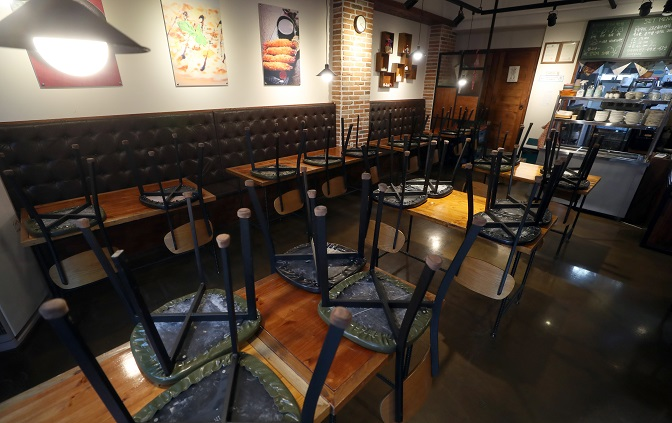 Chairs are stacked up at a cafe in Hadong County, South Gyeongsang Province, on Nov. 22, 2020, as part of the county's Level 2 social distancing scheme. (Yonhap)