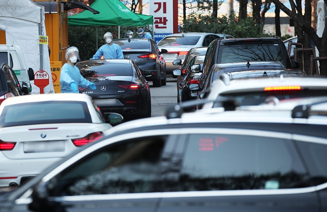 Cars line up in front of drive-through screening stations for COVID-19 testing in Gyeonggi Provincial Medical Center in Suwon, south of Seoul, on Nov. 23, 2020. (Yonhap)