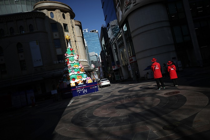 Myeongdong, a shopping district in Seoul typically packed with tourists, is quiet on Nov. 23, 2020. (Yonhap)