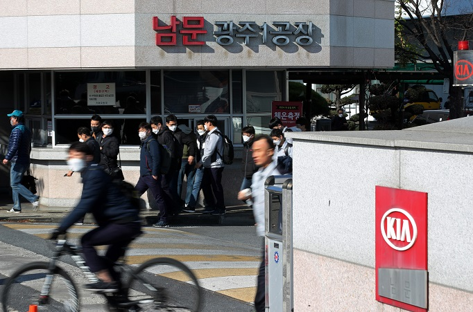 This photo, taken on Nov. 25, 2020, shows Kia workers leaving the Gwangju plant, 330 kilometers south of Seoul, after finishing their shortened four-hour daytime duty as part of a partial strike for higher wages. (Yonhap)