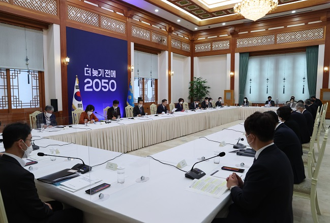 An interagency meeting on South Korea's carbon-neutral campaign is under way at Cheong Wa Dae in Seoul on Nov. 27, 2020. (Yonhap)