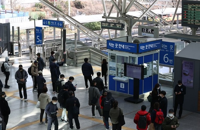 Passengers wait for trains delayed by industrial action by unionized Korea Railroad Corp. (KORAIL) workers at Seoul station on Nov. 27, 2020. (Yonhap)