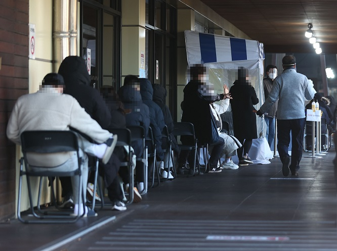 People wait to take a new coronavirus test at a screening station in eastern Seoul on Nov. 28, 2020. (Yonhap)