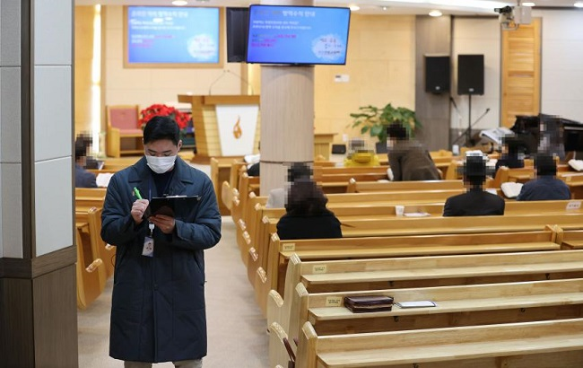 A Seoul city official checks adherence to Level 2 social distancing rules at a church in Guro Ward, Seoul, on Nov. 29, 2020. (Yonhap)