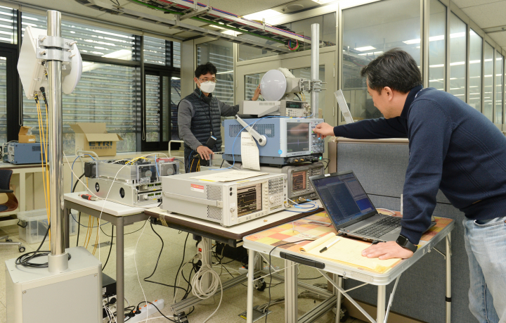This photo provided by the Electronics and Telecommunications Research Institute shows its researchers testing newly developed wireless backhaul technology.