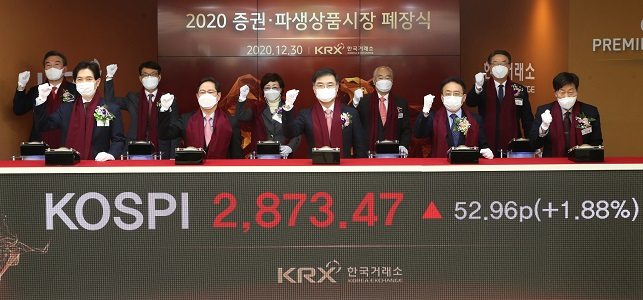 Executives of main bourse operator Korea Exchange celebrate the closing of this year's last trading day on Dec. 30, 2020. (Yonhap)