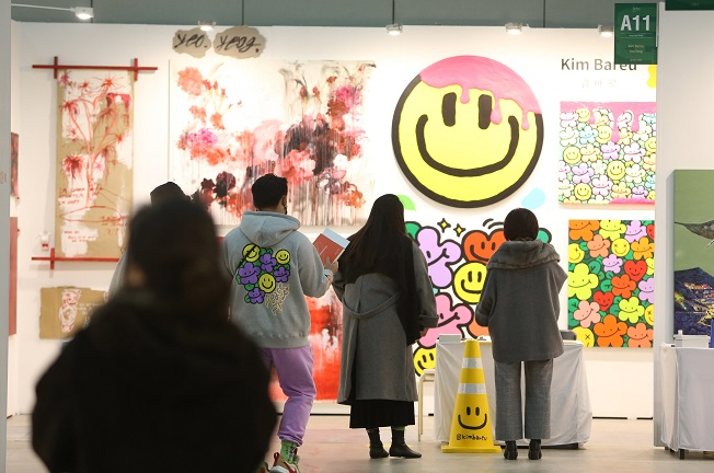 Visitors look at artworks on display at the 2020 Busan International Art Fair in the South Korean port city of Busan on Dec. 3, 2020. (Yonhap)