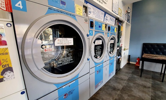 Laundromats have been struggling with customers who bring toys and blankets used by their pets to wash them. (Yonhap)