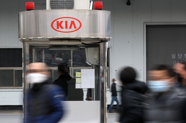 Kia Workers Continue Strike for Higher Pay amid Pandemic
