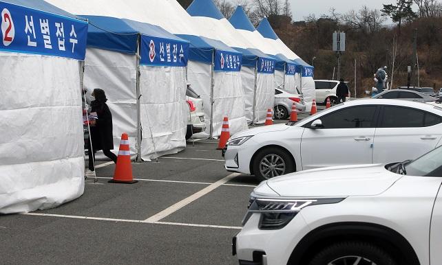 Citizens of Gangneung, Gangwon Province, take coronavirus tests in a drive-thru method on Dec. 13, 2020. (Yonhap)